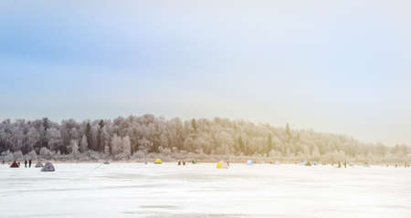 winter fishing silhouettes of people on a winter lake landscape of the hobby 版權商用圖片