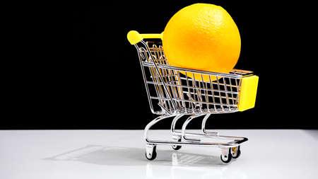 Carrito de compras comprando naranjas concepto de comida sana