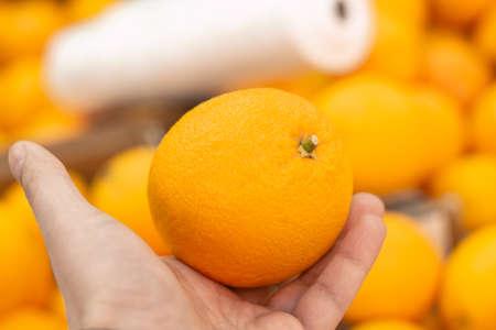 fruta naranja en la mano