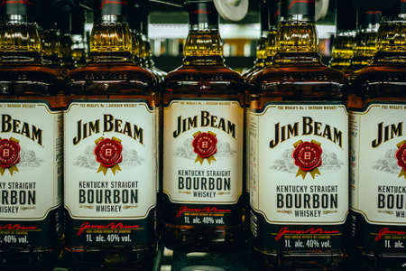 Tyumen, Russia-avg 25, 2019: Products of hypermarket sale Jim beam beverages in the store metro cash and carry. Jim beam whiskey store sale 免版税图像 - 134056700
