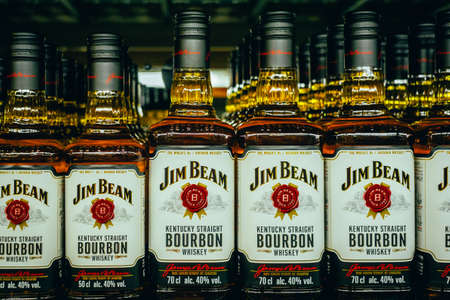 Tyumen, Russia - avg 25, 2019: Products of hypermarket sale Jim beam beverages in the metro store cash and carry 免版税图像 - 134056701