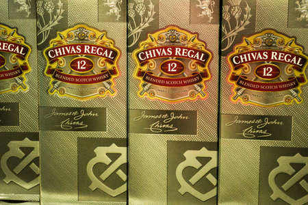 Tyumen, Russia-avg 25, 2019: Products of hypermarket sale Chivas Regal beverages in the store metro cash and carry. Chivas Regal alcohol store sale 免版税图像 - 134056704