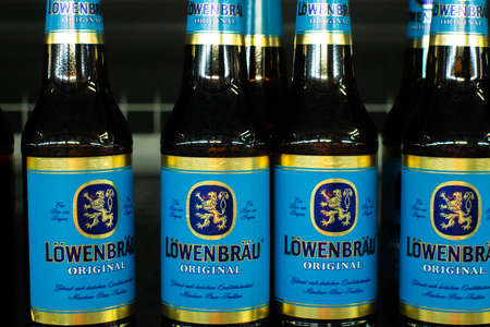 Tyumen, Russia-avg 25, 2019: Lowenbrau beer sell beer at the store Metro cash and carry sale of alcohol 免版税图像 - 134056712