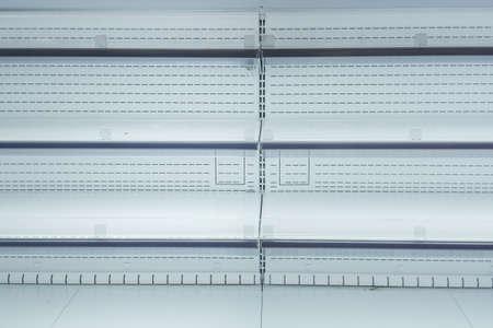 escaparates vacíos estantes de las tiendas venta de mercancías