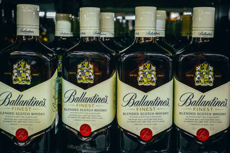 Tyumen, Russia - avg 25, 2019: Products of hypermarket sale Ballantine beverages in the metro store cash and carry 免版税图像 - 134056730