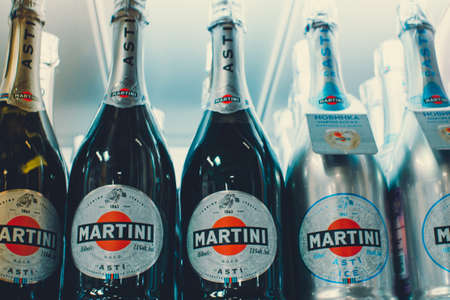 Tyumen, Russia - avg 25, 2019: Products of hypermarket sale Martini champagne alcohol beverages in the metro store cash and carry 免版税图像 - 134056952