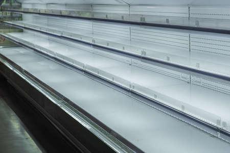 venta de mercaderías, estanterías vacías, ventanas vacías sin mercadería. Venta viernes negro compras en tienda Foto de archivo