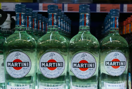 Tyumen, Russia - avg 27, 2019: Martini Bianco vermouth Martini closeup bottles of alcoholic beverages on the store counter 免版税图像 - 136571637