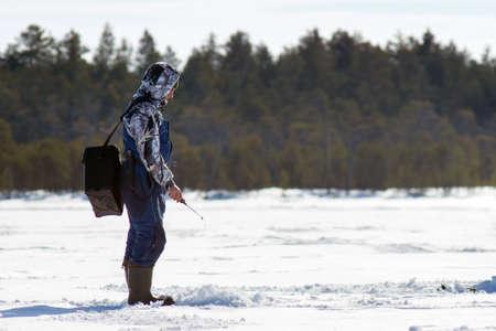 Stagione invernale, pesca invernale in Siberia, sport invernali. Hobby maschile, pesca in inverno