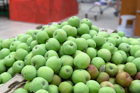 green apples on boxes in supermarket. Apples being sold at public market. Organic food 免版税图像 - 151881954