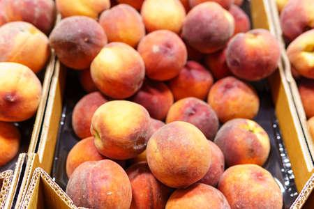 shopping fruits peach in supermarket. background, sale of ripe fruit 免版税图像