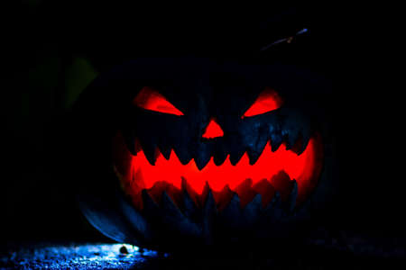 Halloween pumpkin head jack lantern with scary evil faces spooky. at night, selective focus 免版税图像