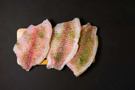 Fresh raw fillet of tilapia fish with thyme, rosemary, lemon. food preparation 免版税图像 - 151881990