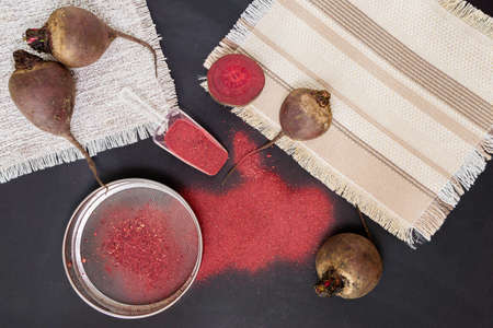 Making homemade beetroot organic beats in powdered form ready for use. gluten-free beetroot flour 免版税图像 - 151881993