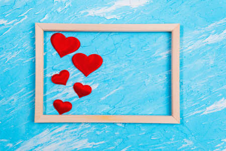 Background Of Valentines Day. red hearts on a blue background. flat lay. space for copying text 版權商用圖片