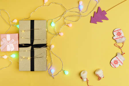 Christmas gift boxes. Happy New Year, Merry Christmas. Winter holiday theme. yellow background. Copy space Banque d'images