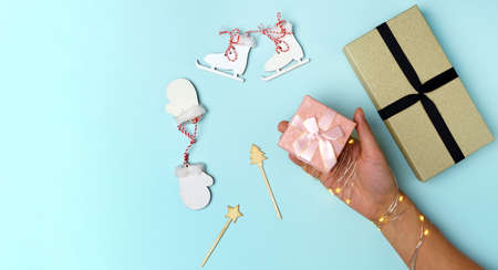 Gift box for Christmas and New Year. Minimal style. Flat flat, top view, copy space Banque d'images