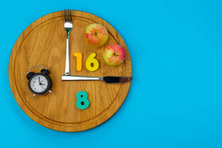 Intermittent fasting concept 16:8. Intermittent Fasting often use for losing weight or to control diabetes. Blue background Banque d'images