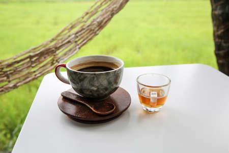 relent: Caff� caldo in tazza, amaricano Hot tra campo di grano