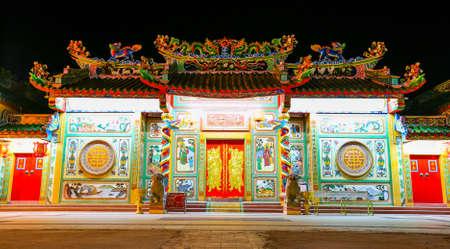 obedecer: Tiempo Templo noche chino., En Khonkaen Tailandia., La t�cnica de retardo del obturador. Foto de archivo