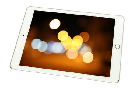 anochecer: Luces de la noche de la ciudad Khonkaen, Tailandia en la tableta en el fondo blanco., Aislado