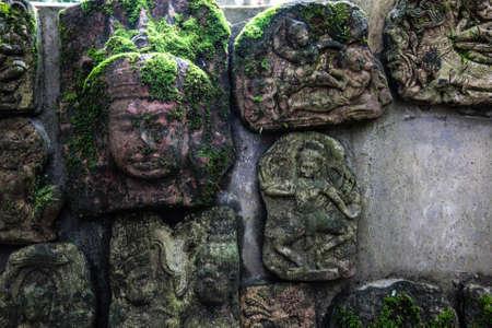 bas relief: Le bas-relief sculpture idole abandonn�., Art Khmer en Tha�lande., Style vintage. Banque d'images