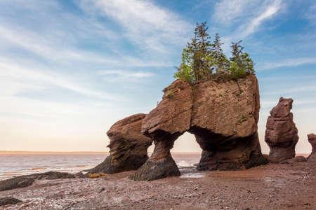 L'icône Hopewell Rocks au Nouveau Brunswich. Destination touristique populaire, la baie de Fundy a les marées les plus hautes du monde. Banque d'images - 82499087