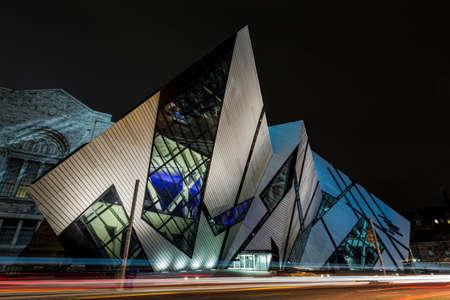 La ROM di notte, il Royal Ontario Museum su Bloor.