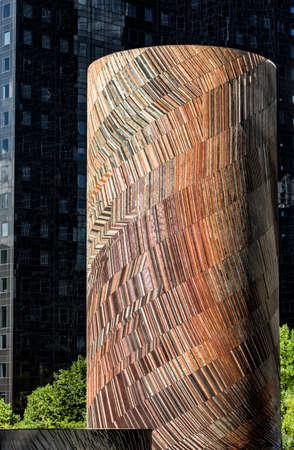 Paris, France - 20 août 2016: La Défense, Vive Le Vent, Le vent. Mosaïque de Michel Deverne 1986. Mosaïque cylindrique devant un gratte-ciel sombre