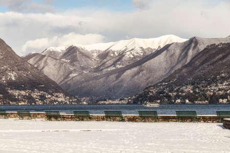 Paysage du lac de Côme, en Italie. Photo du lac au nord avec les montagnes enneigées. Heure d'hiver Banque d'images - 71821686