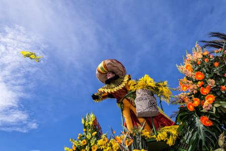 Nizza - Francia - 1 Marzo, 2014: il Carnevale di Nizza, la battaglia Flowers '. Una donna intrattenitore lancia mimose