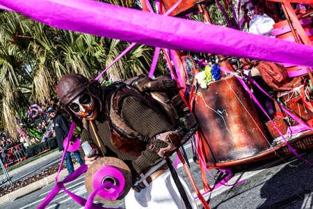 NIZZA - FRANCIA - 1 ° marzo 2014: Carnevale di Nizza, battaglia dei fiori. Male Entertainer in carnival Costume lancia nastri colorati