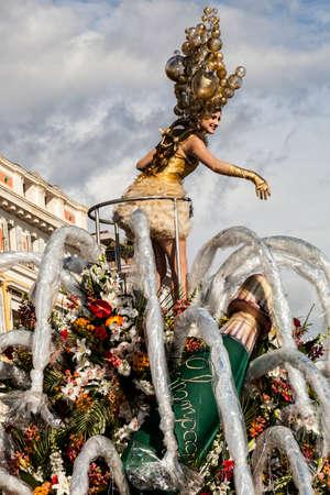 NICE - FRANCIA - 01 marzo 2014: Carnevale di Nizza, battaglia dei fiori. Grande galleggiante dedicato allo champagne