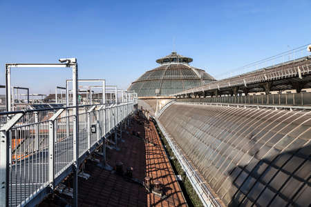 MILANO - ITALIE - 21 février 2017: Route panoramique sur les toits de la Galerie Vittorio Emanuele II. Highline Galleria sur la place de la cathédrale Duomo, Milan, Lombardie, Italie Banque d'images - 73158443