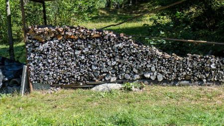 Bois coupé, bois de chauffage pour l'hiver Banque d'images - 97318267