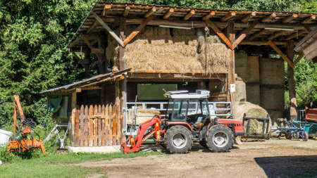 A tractor in front of the barn Banque d'images