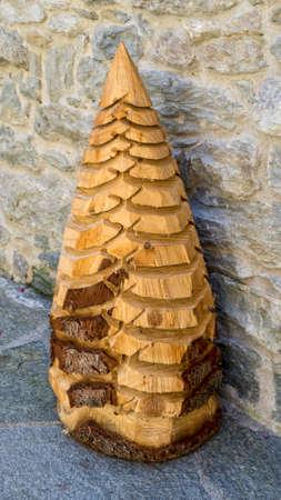Sapin de Noël en bois sculpté. Artisanat de Valsesia Banque d'images - 97186951
