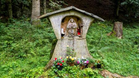 Petit autel en bois dans les bois Banque d'images - 97243689