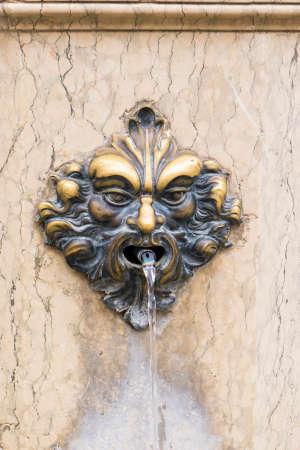 Fontaine avec masque Haed en bronze à Venise Banque d'images - 97271996