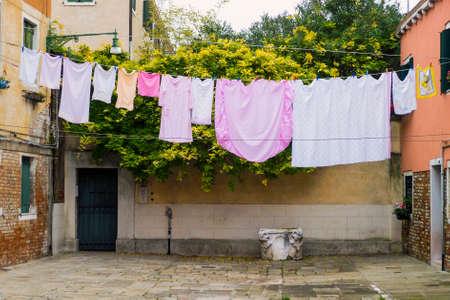 Rue italienne avec des vêtements à sécher à Venise, Italie Banque d'images - 97223177