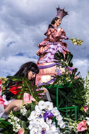 NICE - FRANCE - 01 mars 2014: Carnaval de Nice, bataille de fleurs. C'est le principal événement hivernal de la Riviera Banque d'images - 97176171