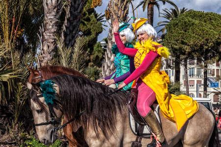 NICE - FRANCE - 01 mars 2014: Carnaval de Nice, bataille de fleurs. Deux cavaliers anglais en costume saluent le public Banque d'images - 97261716