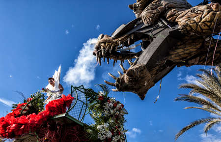 NICE - FRANCE - March 01, 2014: Carnival of Nice, Flowers' battle. Young woman dressed in white and a dragon Banque d'images - 97261675