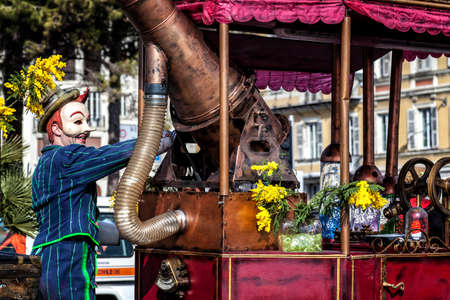 NICE - FRANCE - 01 mars 2014: Carnaval de Nice, bataille de fleurs. Un masque et une machine très spéciale Banque d'images - 97261677