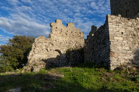 Medieval wall of the Baradello castle, Erected in 1159 by Barbarossa. Como Lake. Italy Banque d'images - 105179623