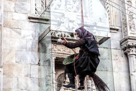 Côme, Italie - 6 janvier 2017: pendant l'Épiphanie, une vieille femme vole en apportant des bonbons aux bons enfants et du charbon aux mauvais. Lac de Côme Banque d'images - 97261678