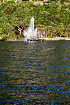 Fontaine dans le lac de Côme. Côme. Italie Banque d'images - 97243983