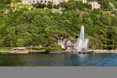 Fontaine et rivage dans le lac de Côme. Italie Banque d'images - 97174200