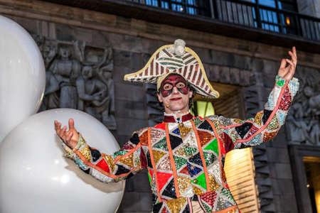 MILAN - ITALIE - 02 mars 2017: Une compagnie d'acteurs acrobates inaugure le Carnaval de Milan. Place de la cathédrale du Duomo, Milan, Lombardie, Italie Banque d'images - 97176212