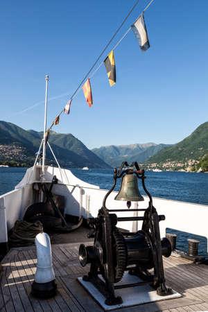 Bateau à voile sur le lac de côme italie Banque d'images - 97244009